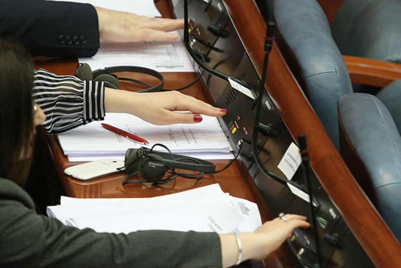 Parliament adopts law on use of languages