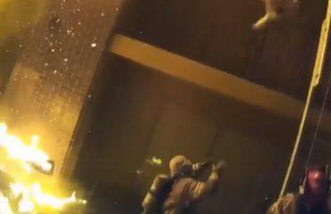 (ВИДЕО) Пожарникари фаќаат деца како фудбалски топки кои родителите ги фрлаат за да ги спасат од пожар