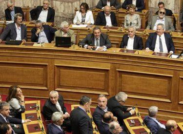 Parlamenti grek i miratoi një sërë masash të reja për kursim edhe krahas protestave masovike