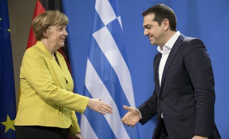 Tsipras urged Merkel for change of Constitution