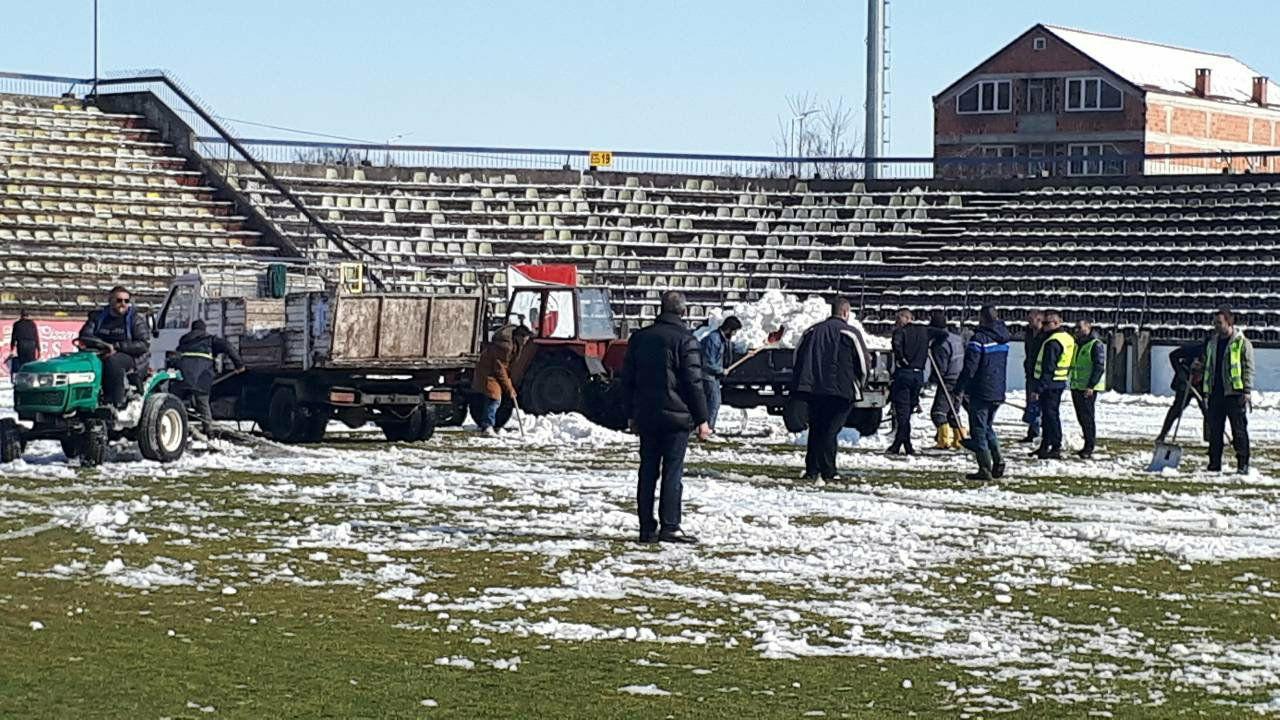 Прволигашки фудбал  Шкендија и Вардар ќе доцнат  се чисти снег на стадионот во Тетово