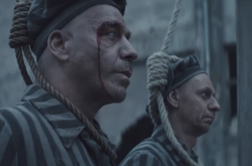 """(Видео) Новиот спот на """"Рамштајн"""" за песната """"Дојчланд"""" наиде на остри критики поради сцени од холокаустот"""
