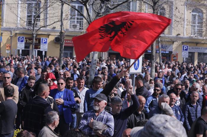 Демонстрантите од пред албанскиот Парламент се префрлија пред полицијата во Тирана