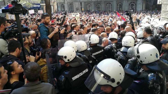 Српската опозиција бара смена на власта и избори, блокирани се влезовите во Претседателството