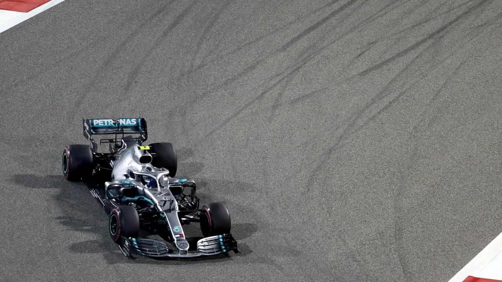 Хамилтон ги искористи проблемите на Ферари и славеше на трката во Бахреин
