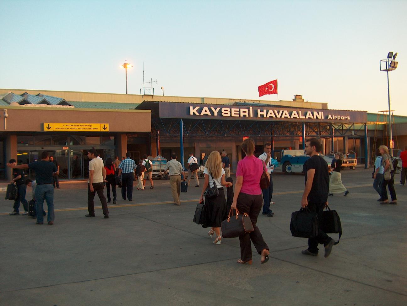 Двајца полицајци пукале еден кон друг на аеродром