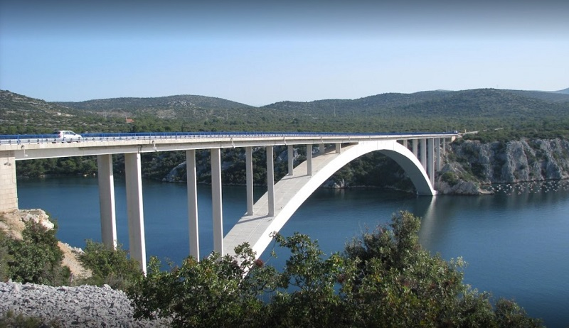 Хрватска: Маж скокна од мост висок 40 метри и преживеа