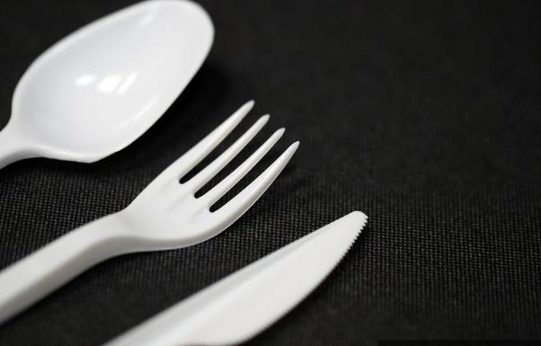 ЕУ го одобри законот за забрана на пластичен прибор за една употреба