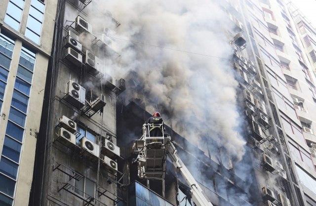 (Видео) Луѓе скокаат од облакодер проголтан од пожар