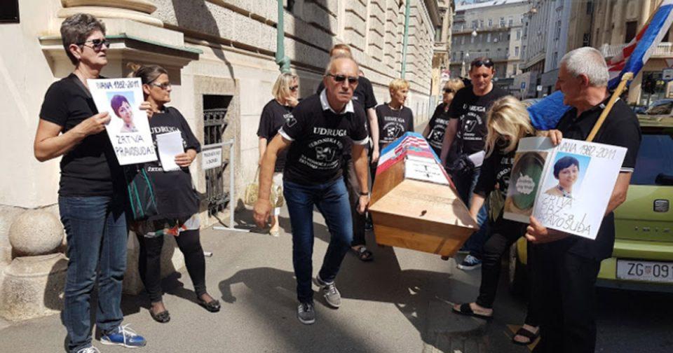 """Хрватите протестираа со ковчези симболизирајќи ја """"смртта на правдата"""""""