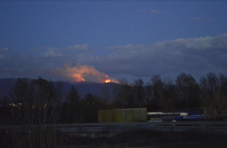 Zjarri në Karadakun e Shkupit ende aktiv