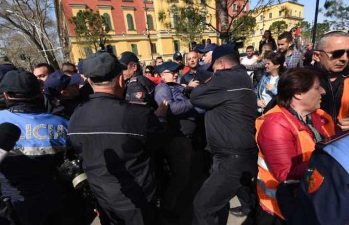 (VIDEO) Tension mes policisë dhe protestuesve në Tiranë